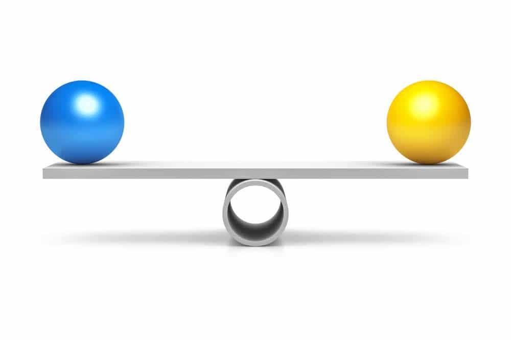 En blå og gul ball som balanserer
