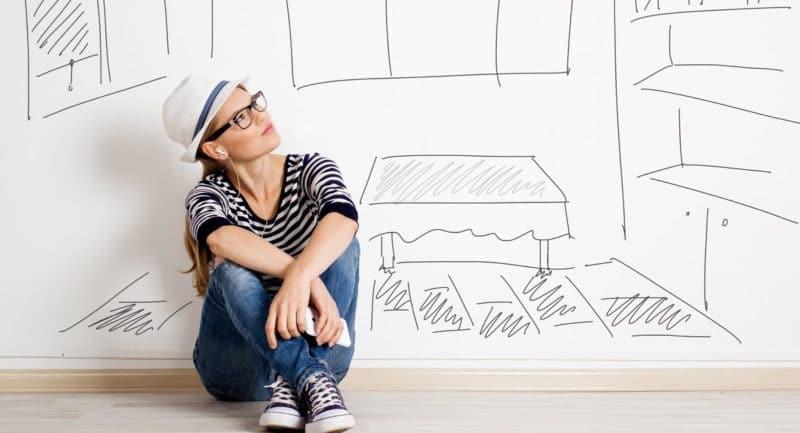 Kvinne som lurer på om hun skal ta forbrukslån for å få egenkapital til bolig