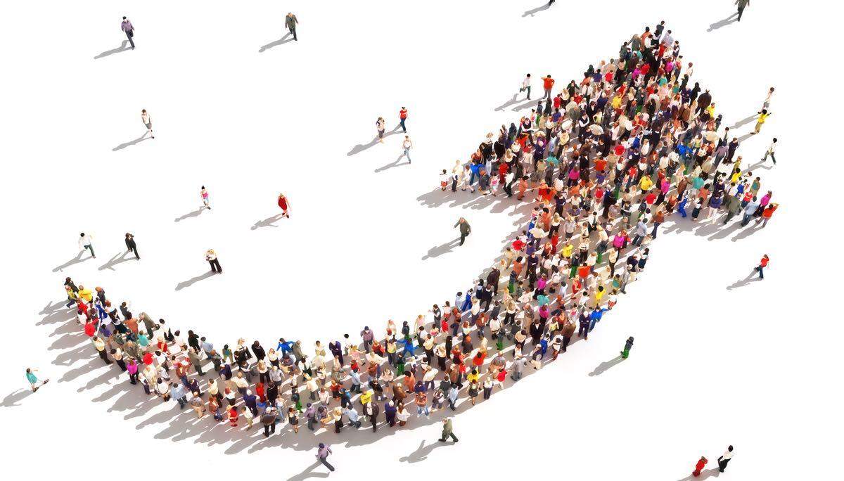 Mennesker som former en pil som peker oppover